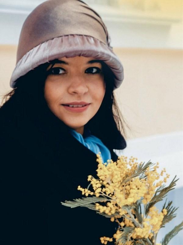 Она несла в руках отвратительные, тревожные желтые цветы. Черт их знает, как их зовут, но они первые почему-то появляются в Москве. И эти цветы очень отчетливо выделялись на черном ее весеннем пальто. Она несла желтые цветы! Нехороший цвет. Она повернула с Тверской в переулок и тут обернулась.