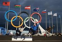Посетители Олимпийского парка в Сочи фотографируются у Олимпийских колец., Фото: 9
