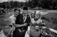 «Жить ради смерти» – финалист в категории циклов. В Тораджи (Индонезия) ритуалы, связанные с погребением, очень сложные. После смерти человека семье могут потребоваться недели, месяцы или даже годы, чтобы захоронить его. Все это время родные считают его «больным» и держат дома. В районе Пангала существует церемония Манене, которая проходит после сбора урожая. Во время её проведения гробы открываются, жители достают из них мумии, очищают, сушат на солнце и переодевают., Фото: 15
