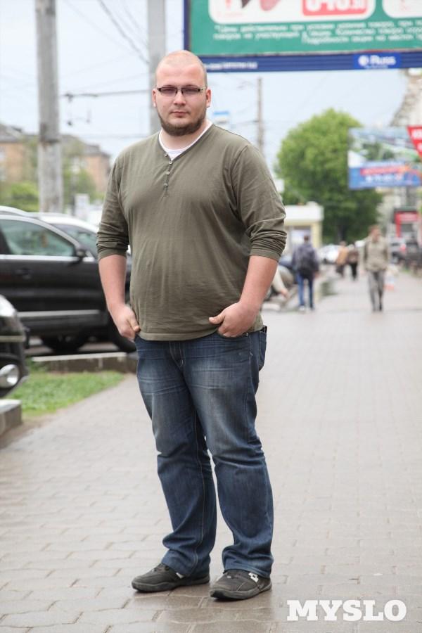 Илья Косолапов, 27 лет. Рост 182 см, вес 130 кг.«В 2012 году я переехал в Тулу из Челябинской области. К слову, тогда я весил 85−90 кг. Почти три года сидячего образа жизни, нерегулярного и нерационального питания привели к тому, что сейчас мой вес далеко за сто. Почему я хочу похудеть? Хочется почувствовать былую лёгкость в движении. Например, от катания на велосипеде получать удовольствие, а не дикую одышку!»