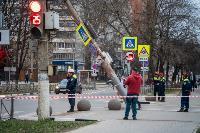 В центре Тулы на грузовую фуру упал электрический столб, Фото: 5