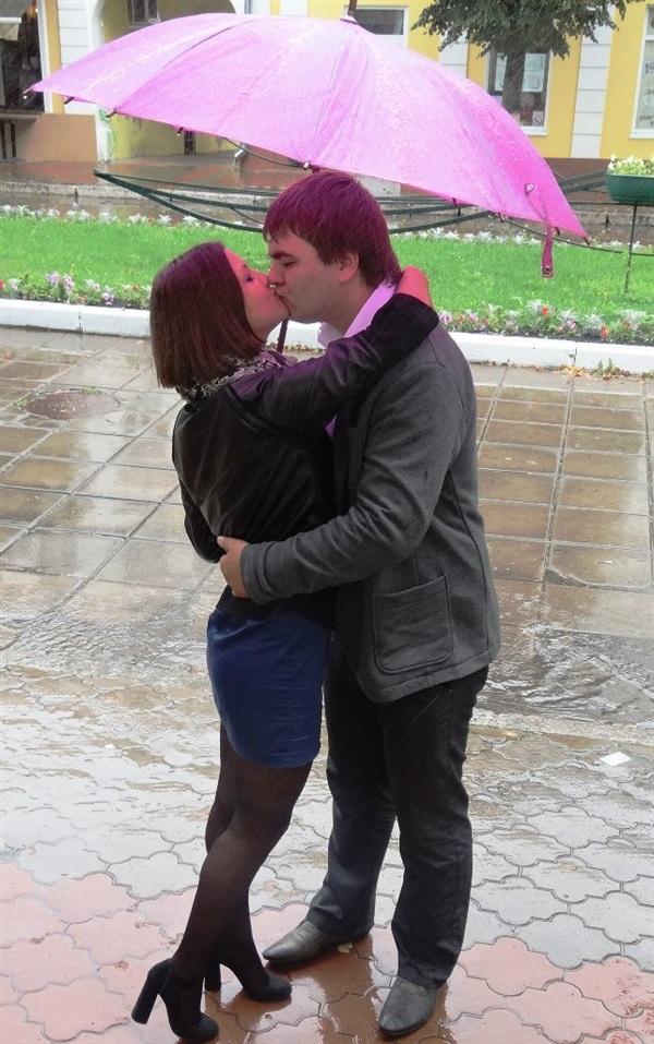 На улице дождик, на улице слякоть,А им все равно!Идут они вместеОдин у них зонтик....