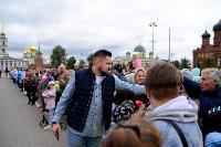 Толпа туляков взяла в кольцо прилетевшего на вертолете Леонида Якубовича, чтобы получить мороженное, Фото: 17