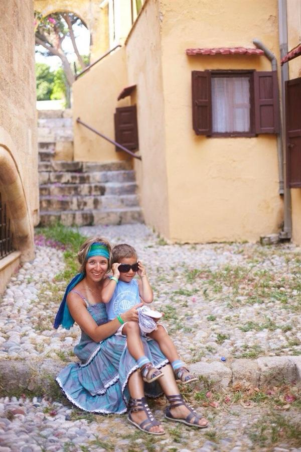 Греческая сиеста: пока греки спят, туристы фотографируются у них во дворе:)