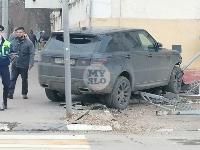 В Туле внедорожник врезался в бывшее здание УГИБДД, Фото: 4