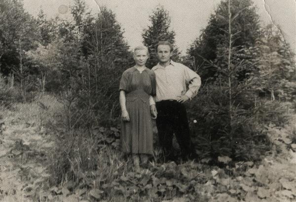 Конец 50-ых мои родители молодые,  на фоне Белоусовского парка в Туле, деревья ещё маленькие.