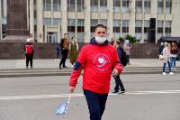 Толпа туляков взяла в кольцо прилетевшего на вертолете Леонида Якубовича, чтобы получить мороженное, Фото: 2