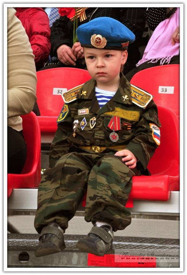 фото с тульского парада 9мая 2011 года....случайный кадр...не знакомый мальчуган..но глядя на него, хочется верить, что в будущем Россия будет под крепкой защитой