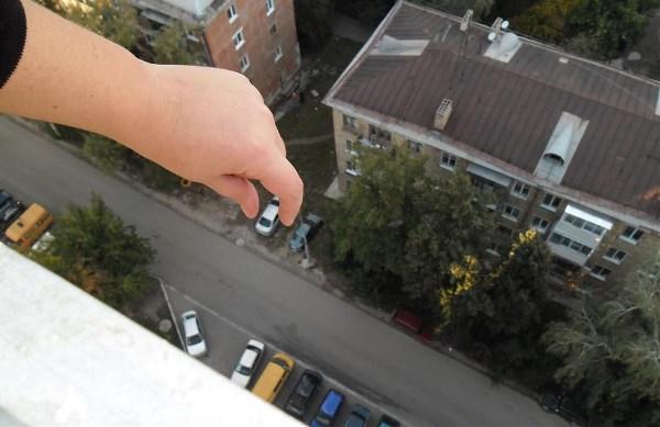 С высоты 16-го этажа автомобили, как игрушечные)