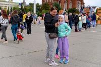 Толпа туляков взяла в кольцо прилетевшего на вертолете Леонида Якубовича, чтобы получить мороженное, Фото: 83