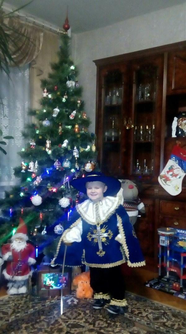 В этом году сын был мушкетером)
