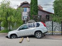 В Мясново под землю начал уходить внедорожник
