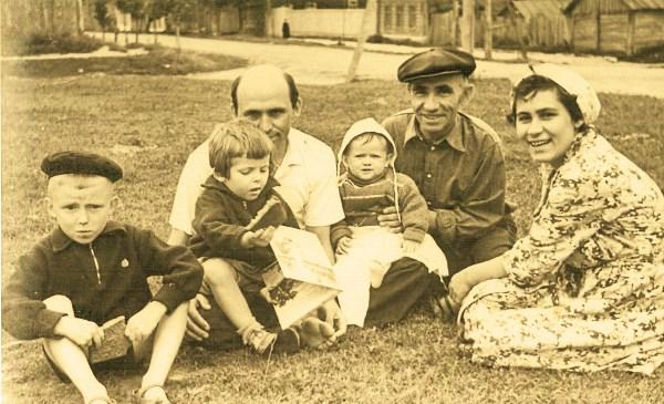 Три поколения одной семьи.