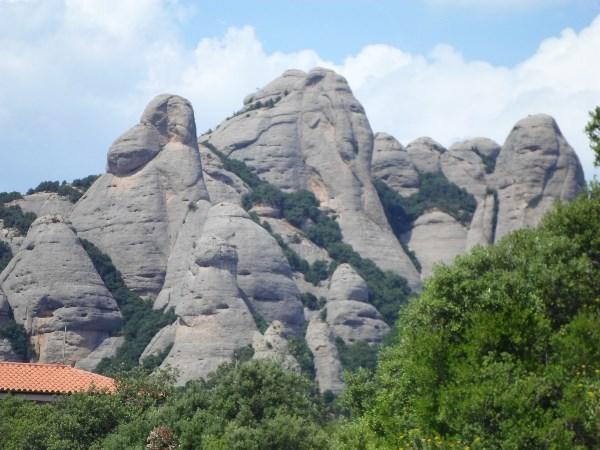 Причудливые каменные образования горы Монсеррат (Испания).