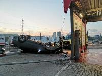 В Туле перевернувшаяся легковушка приземлилась у автомойки, Фото: 3
