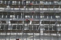 В Туле со здания ТулГУ сильный ветер снес строительные леса, Фото: 2