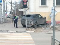 В Туле внедорожник врезался в бывшее здание УГИБДД, Фото: 1