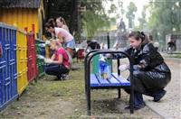 Чиновников в Комсомольском парке ждал большой фронт работ: требовалось покрасить заборы, урны, скамейки, детские игровые площадки., Фото: 1