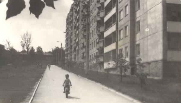 Нежно любимый и самый лучший Советский район, август 1986 г. На фото младший братишка на велике. Те, кто узнал место, могут найти 10 отличий. Кто нашёл больше, молодец ;))