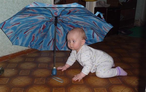 Знакомство с зонтиком! (фото как и все мои сделано на обычный фотик, поэтому критикам по краскам, мутности фото и пр. сразу приношу извинения!) (на фото мой  дорогой и любимый малыш Ванюшка Лавров)