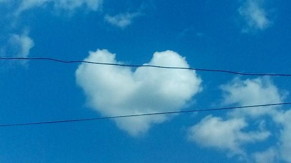 Фотографировала из окна, почти через минуту облако расплылось :((
