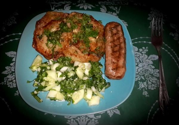Жаренные кабачки, овощной салат, куриная котлета-гриль