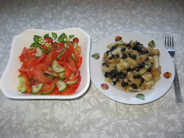 Жареная картошка со свинухами и овощной салат