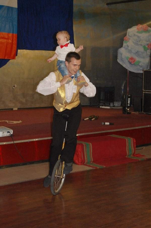 Потом в другой руке он вёз коляску)))