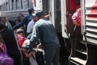 Сотрудники МЧС встретили беженцев на Московском вокзале 28 июля 2014 год, Фото: 6