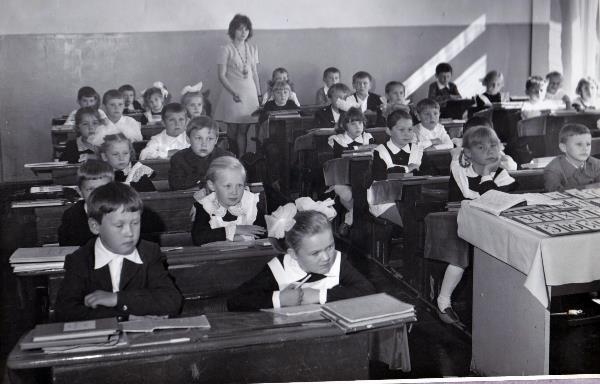Ура, школа! С удовольствием вспоминаю школу, свою первую учительницу Любовь Гавриловну, 1976-1977 год  1 класс, я пошла  учится на тот момент в  31 школу города Тула . Я на первой парте