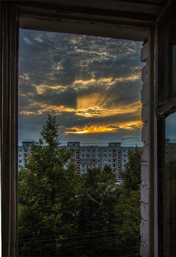 А из нашего окна_конечно площадь не видна.. но,каждый летний вечерок видим в стае облака и прекраснейший закат!!!