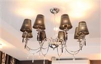 В спальне используется дорогой свет: люстра и светильник – с плафонами из муранского стекла. , Фото: 10