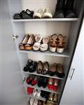 «Коллекция» обуви занимает специально сделанный для нее неглубокий шкаф в прихожей. , Фото: 11