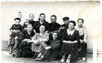 фото послевоенного времени - моя бабушка и мой отец - крайние справа, примерно 1949 год, Фото: 1