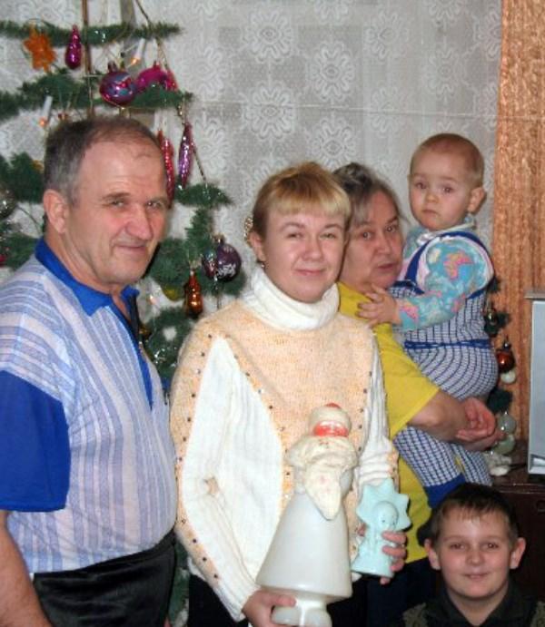 Любимые родители.  Это самые лучшие люди на свете для каждого человека.  Я рядом с папочкой и мамочкой. Вместе с нами мой сын и маленький совсем на тот момент племянник. Наступил 2008 год. Вскоре папочку забрал к себе Господь...