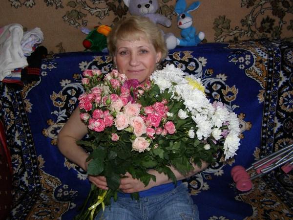 У мамы добрые глаза, Они - как солнца свет. У мамы синие глаза - Синей на свете нет. У мамы нежные глаза, И нежность в них - до дна. У мамы чуткие глаза - В них доброта одна.