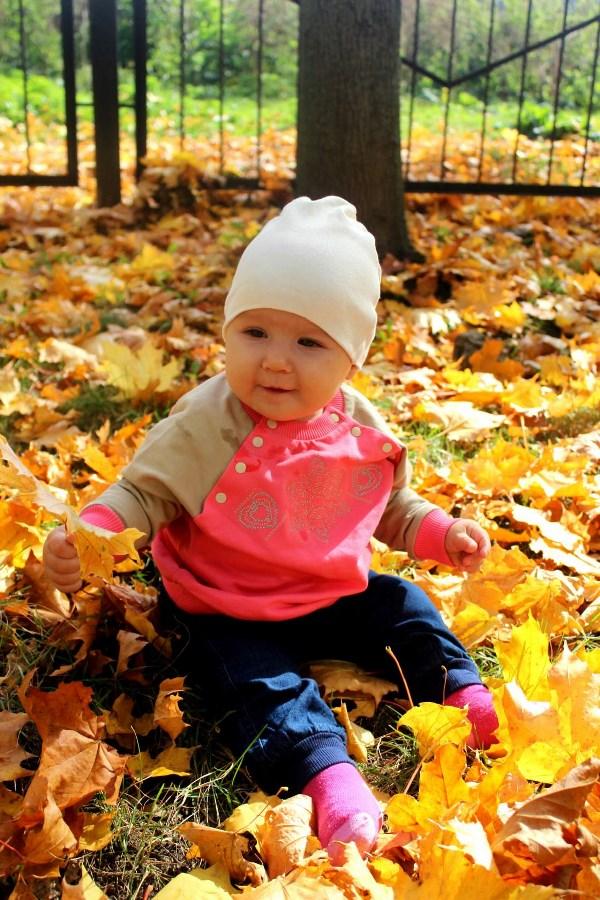 Первая осень Маруси. P.S. Листья чистые были)))))