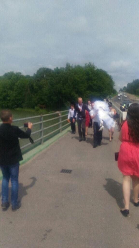 Тащил через мост как мог, через плечо)))) мост 300м