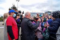 Толпа туляков взяла в кольцо прилетевшего на вертолете Леонида Якубовича, чтобы получить мороженное, Фото: 33