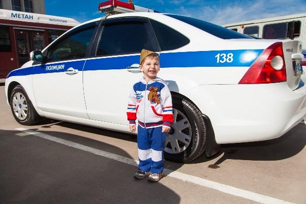 На фото Руслан Рудаков (Тула, 4 года) На празднике 9 мая увидел полицейскую машину и не удержался, чтобы с ней не сфотографироваться.