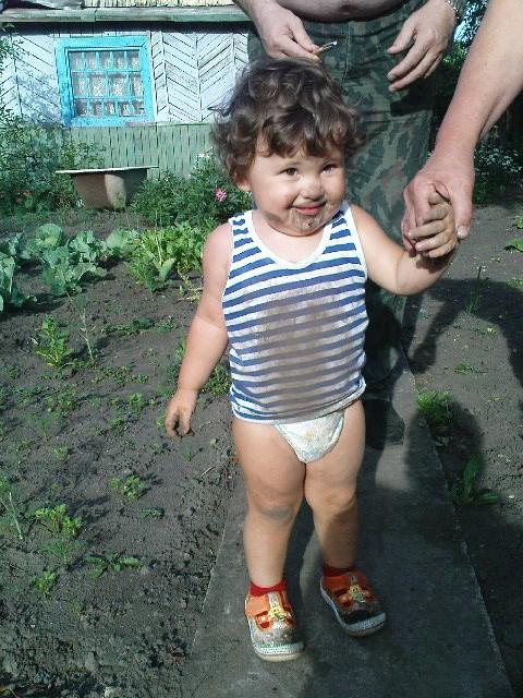 Ога! Своего огорода мало же! Нужно и бабушке помочь!