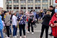 Толпа туляков взяла в кольцо прилетевшего на вертолете Леонида Якубовича, чтобы получить мороженное, Фото: 69