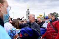 Толпа туляков взяла в кольцо прилетевшего на вертолете Леонида Якубовича, чтобы получить мороженное, Фото: 52