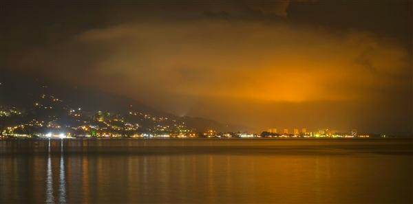 Воспоминание о лете 2013 связано с поездкой в солнечную и дружелюбную Абхазию. Это страна с интересной и тяжёлой историей, страна в которой живёт добрый и отзывчивый народ, страна с интересными обычаями. Это великолепное место с неповторимой природой и чудесными местами, которых ни где в мире больше нет. Стоит только пересечь Российско-Абхазскую границу, как попадаешь в райское местечко наполненное позитивом и атмосферой спокойного отдыха.  На снимке город Гагры, вид с пристани.