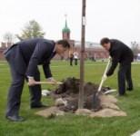 Члены правительства региона высадили аллею в кремле, Фото: 5