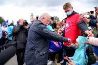 Толпа туляков взяла в кольцо прилетевшего на вертолете Леонида Якубовича, чтобы получить мороженное, Фото: 48