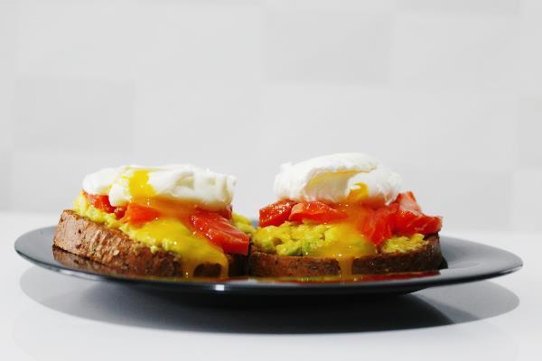Бутерброды с форелью и яйцами пашот на подушке из мятого авокадо с оливковым маслом и соком лимона - полезное и вкусное начало утра.