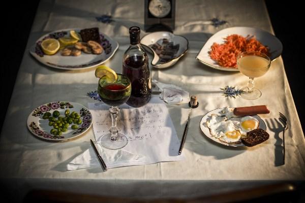 """1 лимон - 12 руб., 2 кусочка зернового хлеба - 10 руб., печеньки """"ушки"""" 3 шт. - 5 руб., сельдь - 80 руб., морковь по-корейски - 16 руб., 250 мл. медицинского спирта, разведённого сливовым компотом в бутылке из под Хеннеси - 75 руб., с понтом оливки (незрелые сливы в масле) - 0 руб., 2 яйца - 9 руб., 1 сосиска - 10 рублей, яблочный 100% домашний сок  - хз рублей, пища для ума - 0 рублей... Итого - 217 рублей."""