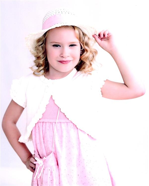 Виктория Толстова, 6 лет. Обожает плавание, танцы и рисование.