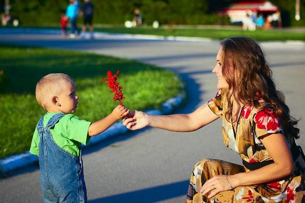 Маму очень я люблю. Я цветочек маме подарю